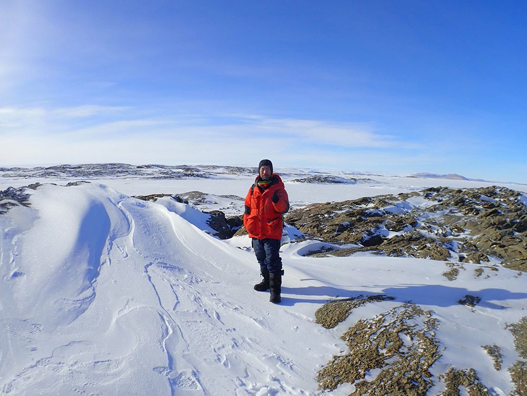 南極の雪原に佇む第59次南極地域観測隊の齋藤勝