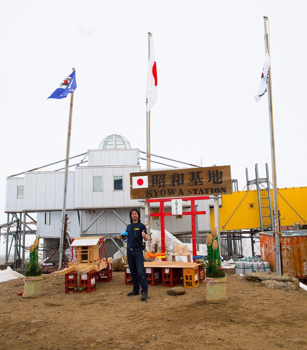 南極の昭和基地の前に立つ、第59次南極地域観測隊L ANインテルサット担当隊員の齋藤勝