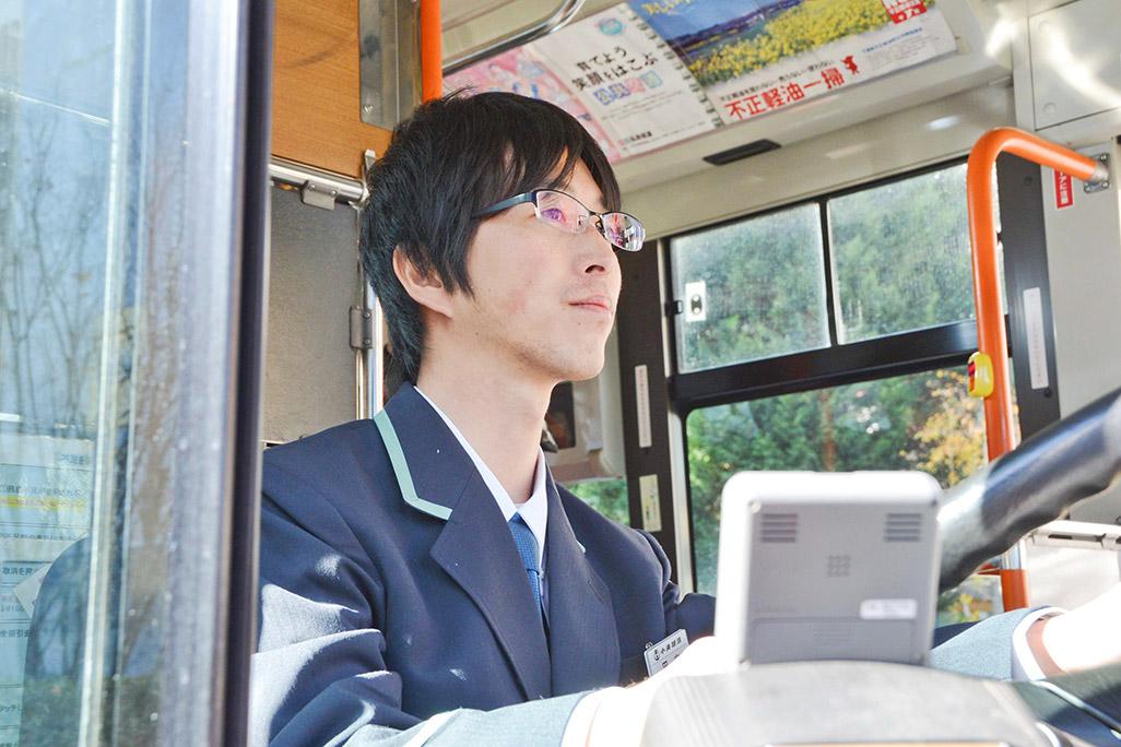 運転中のバスのドライバー