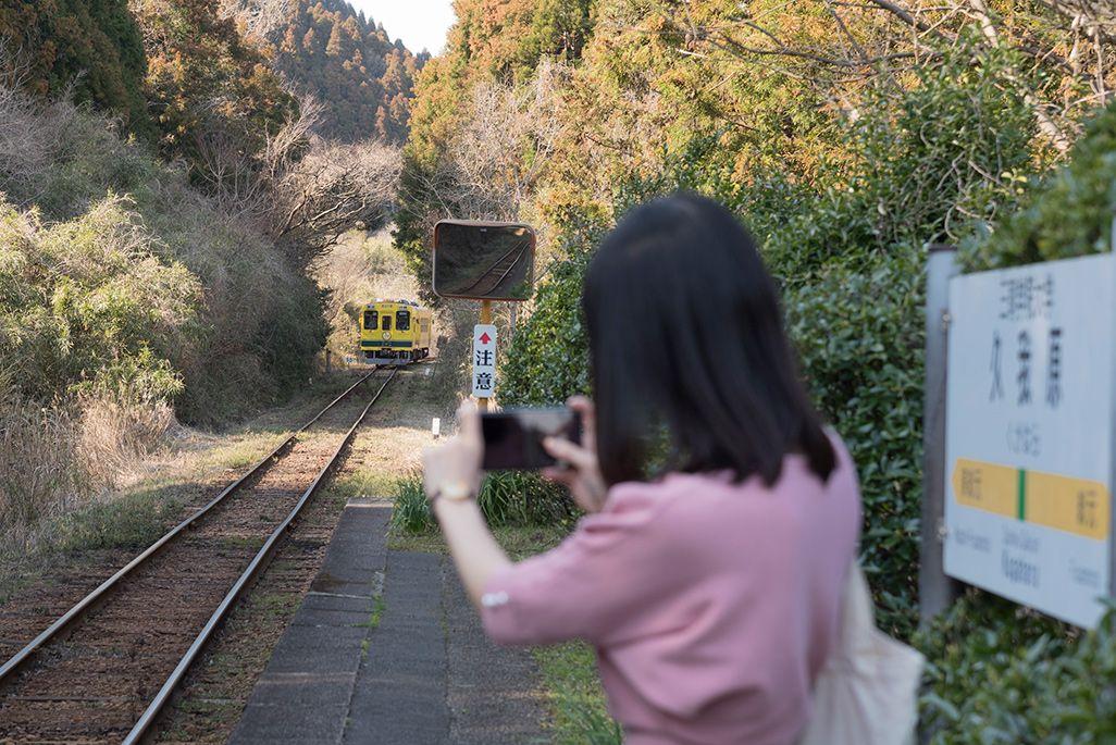 いすみ鉄道「久我原駅」のホームから電車の写真を撮る伊藤桃