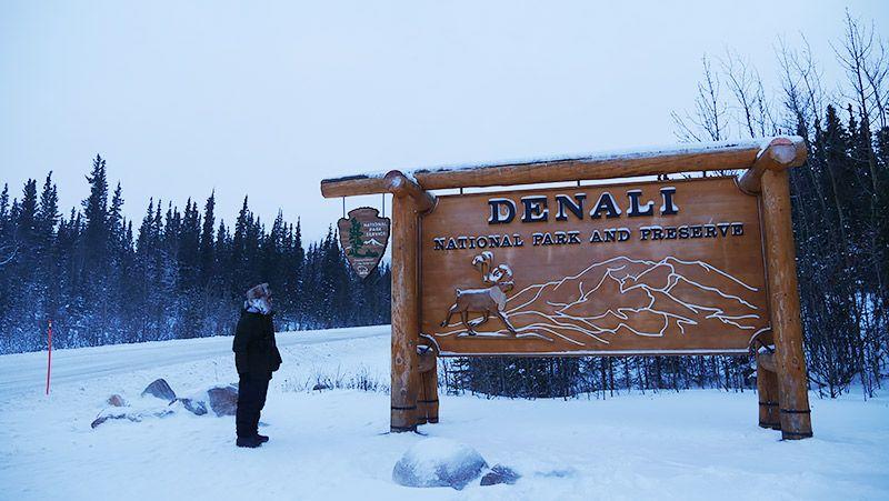 デナリ国立公園の看板とその横にいる地主