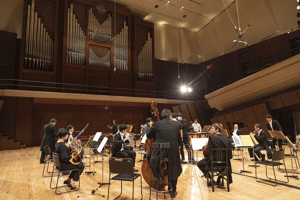 楽器数の多いオーケストラの演奏は吊りマイクで収録をアシスト