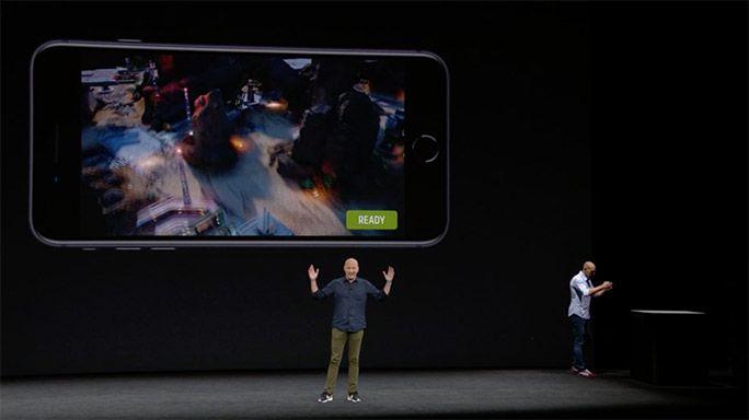 iPhone 8について説明するアップル社CEOティム・クック