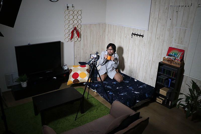 ベッドの上でワイシャツ1枚のみを着用した写真を自撮りする地主