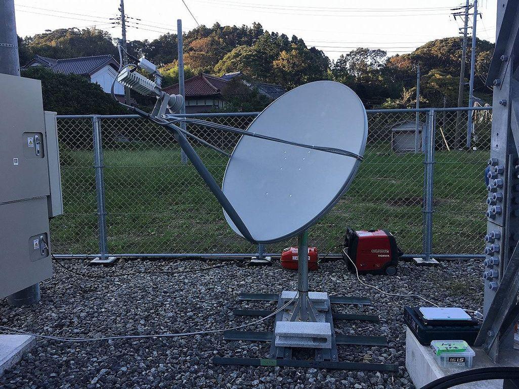 建設部材を組み合わせて作られた衛星回線システム
