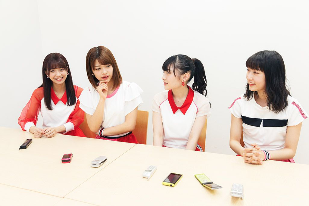 ライブやイベント後のLINEによる反省会について語るJuice=Juiceの面々。宮崎由加、金澤朋子、梁川奈々美、段原瑠々