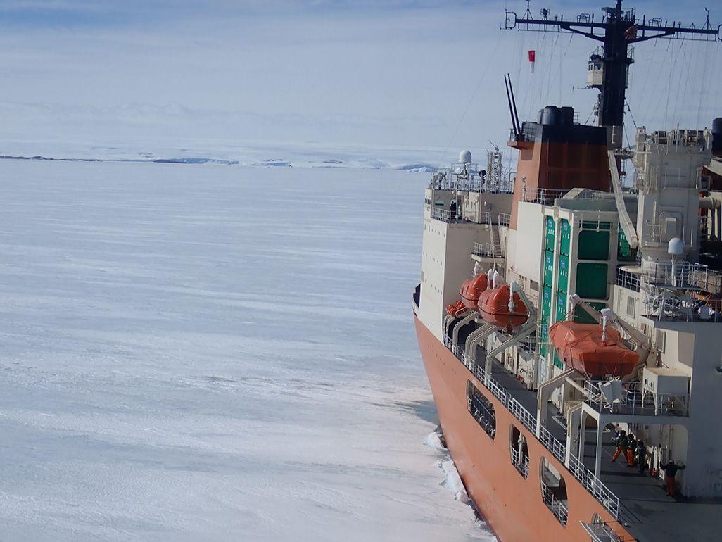 昭和基地に間近に迫った砕氷船「しらせ」