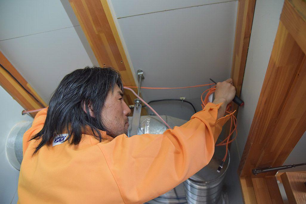 昭和基地内で光ケーブルの敷設作業をする第59次南極地域観測隊の齋藤勝