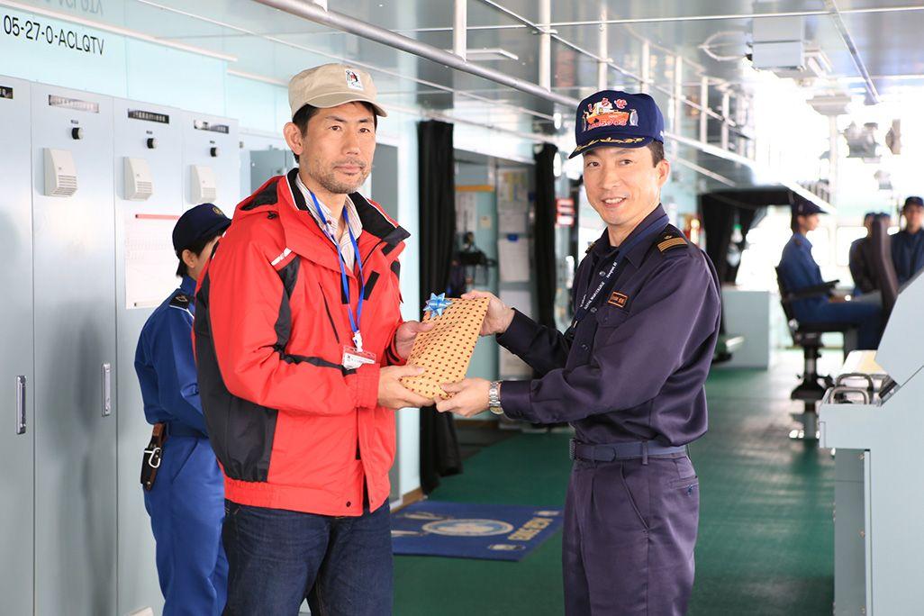 砕氷船「しらせ」の恒例行事となっている、初氷山視認の日時予想で2位となり、艦長から表彰される齋藤