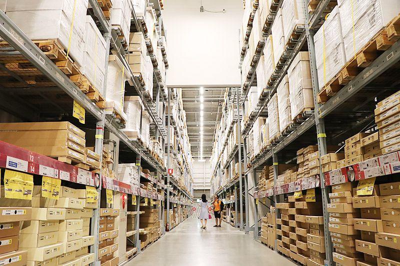IKEA新三郷の店内の鶴あいかと地主恵亮