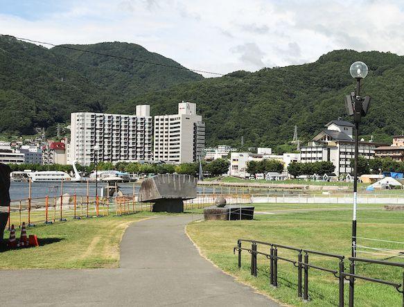 諏訪湖の花火大会会場となる石彫公園、開催前日
