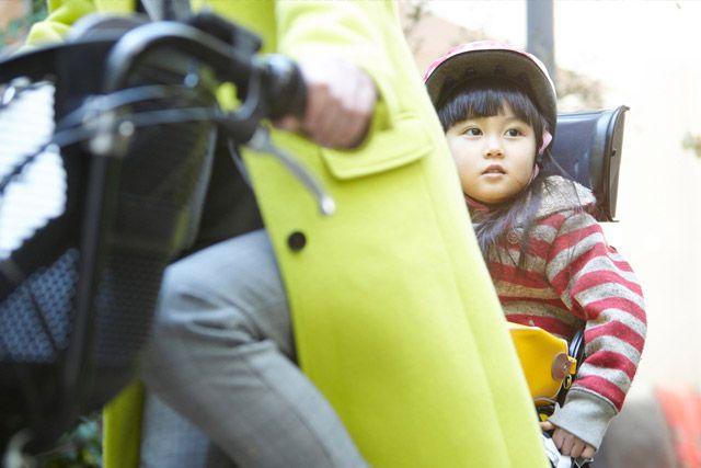 自転車の後ろに乗る子ども