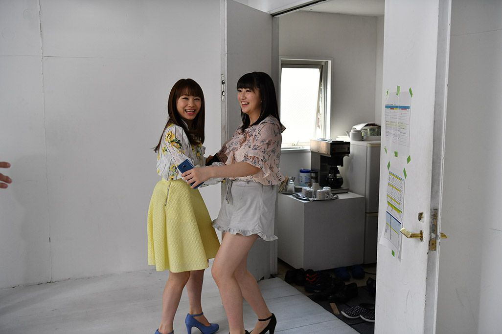 「音のVR」収録スタジオでふざける石田亜佑美と羽賀朱音
