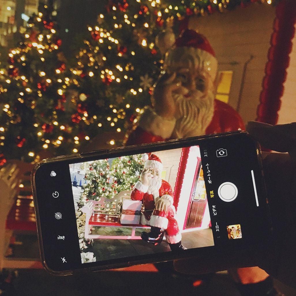 スマホ越しでクリスマスツリーを撮影