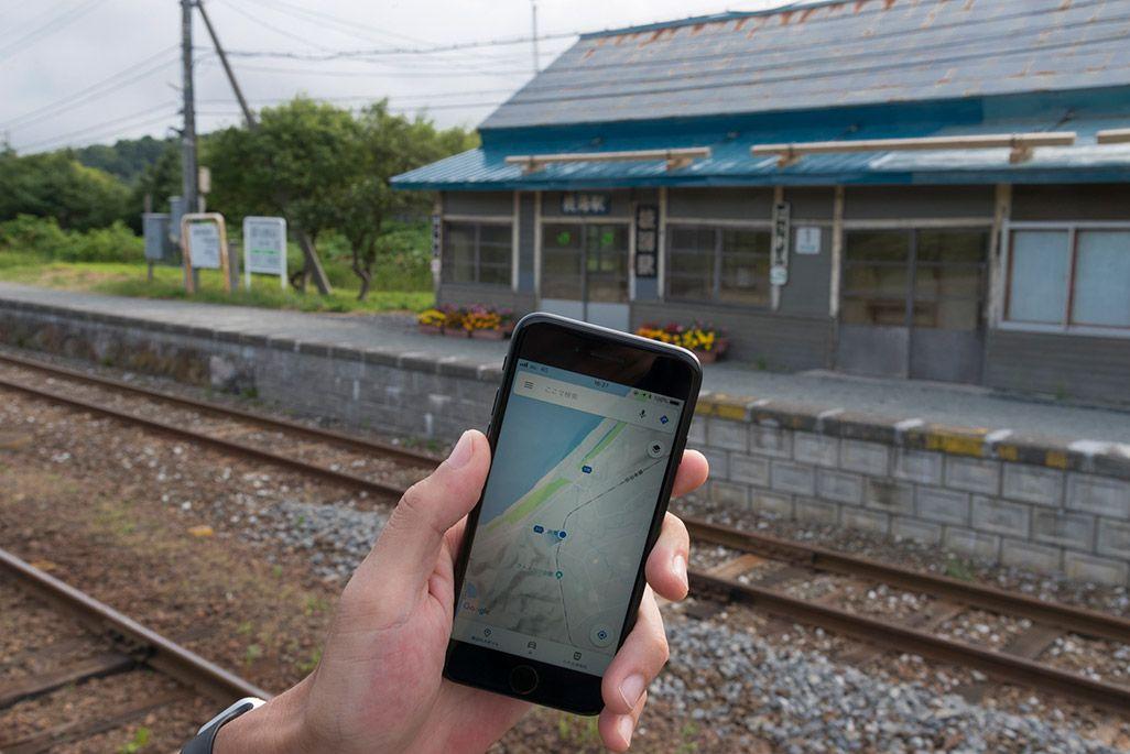 北海道 宗谷本線 抜海駅のホームでかざされたスマートフォン