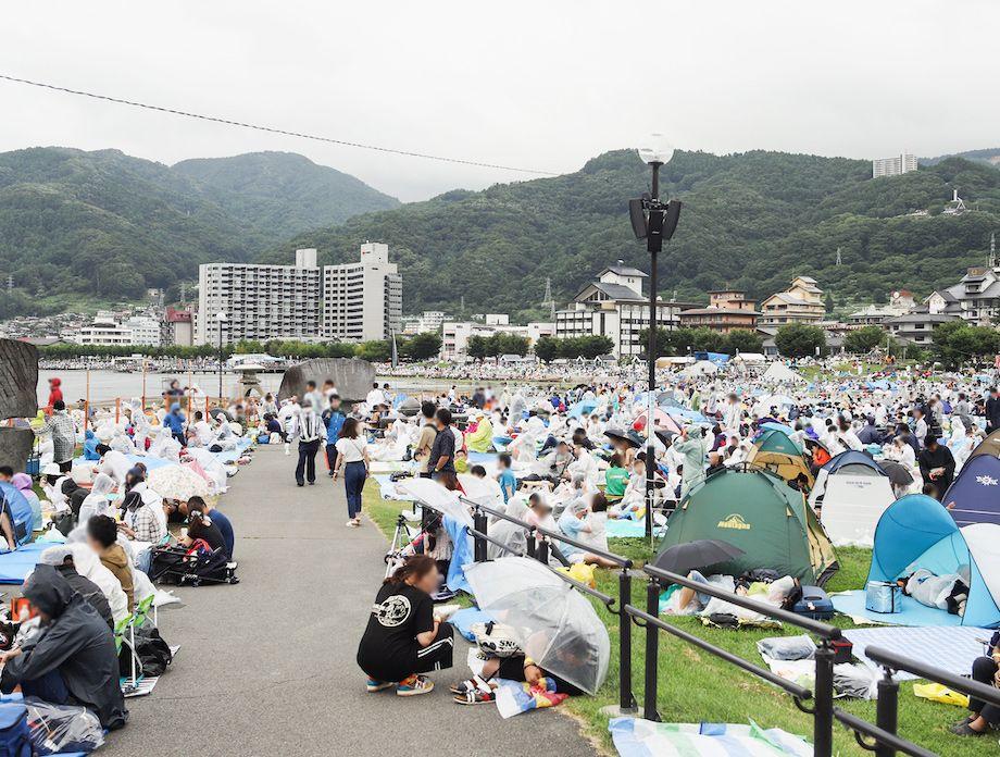 諏訪湖の花火大会会場となる石彫公園、開催当日