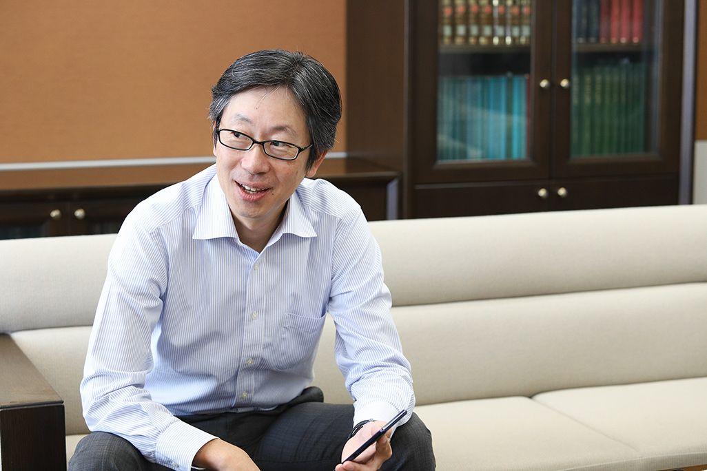 「Xperia 5」を手にした、auのプロダクト担当の橋本篤