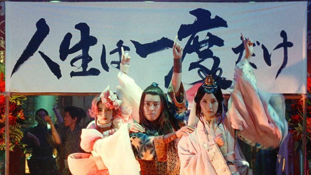 au三太郎2020扉CMポーズを決める浦ちゃん、乙姫、親指姫