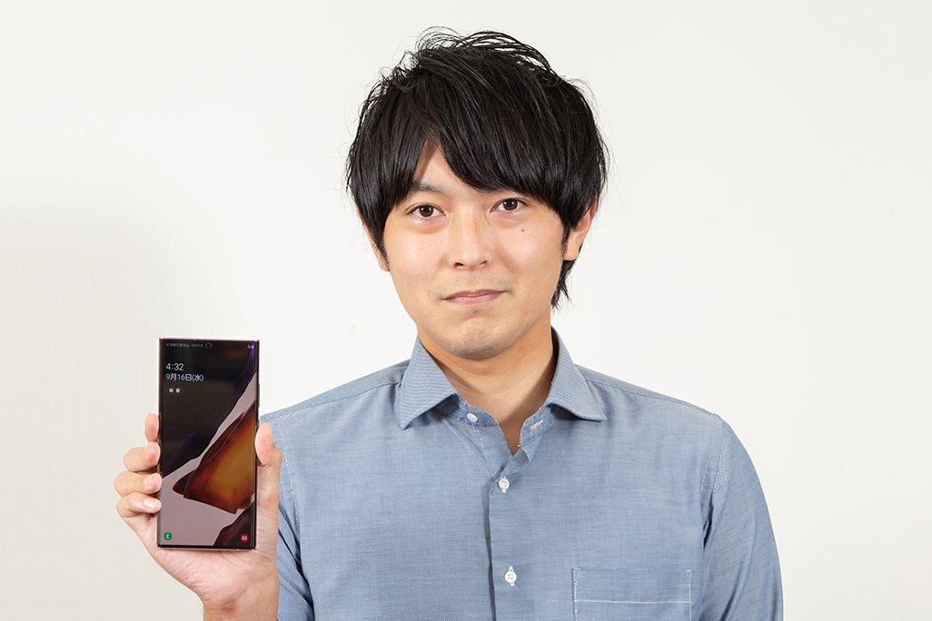 Galaxy Note20 Ultra 5Gを手に持ったKDDI広報部の男性