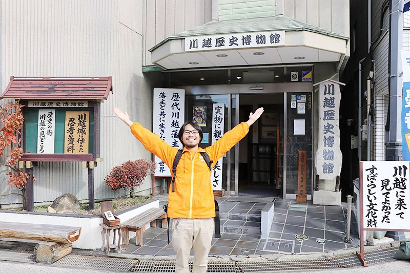 川越歴史博物館の前に立つ地主