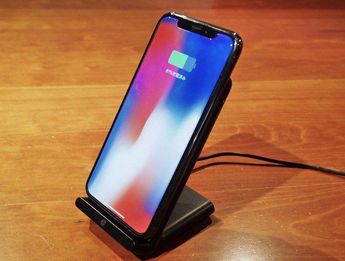 スタンド式のワイヤレス充電器でiPhone Xを充電中