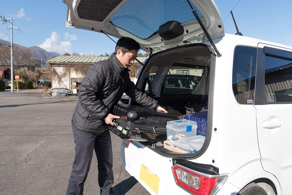 車にキャリーケースを載せる電波サポーター