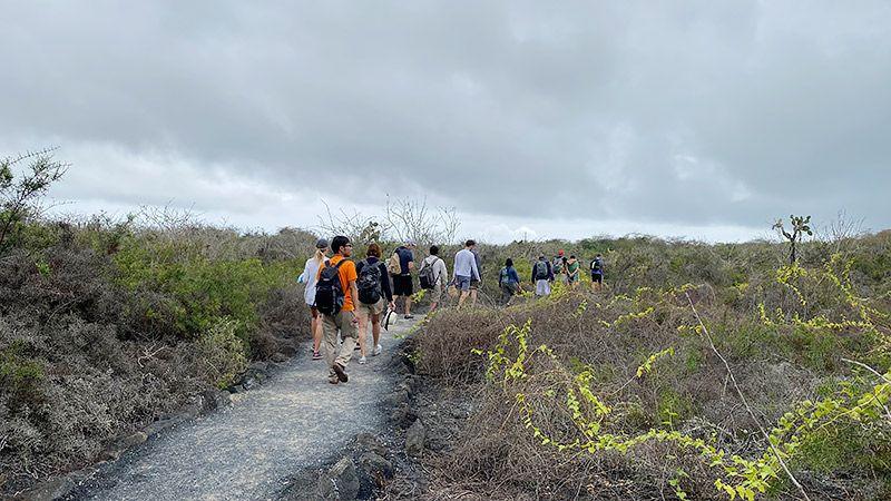 イサベラ島を歩く地主とツアー客