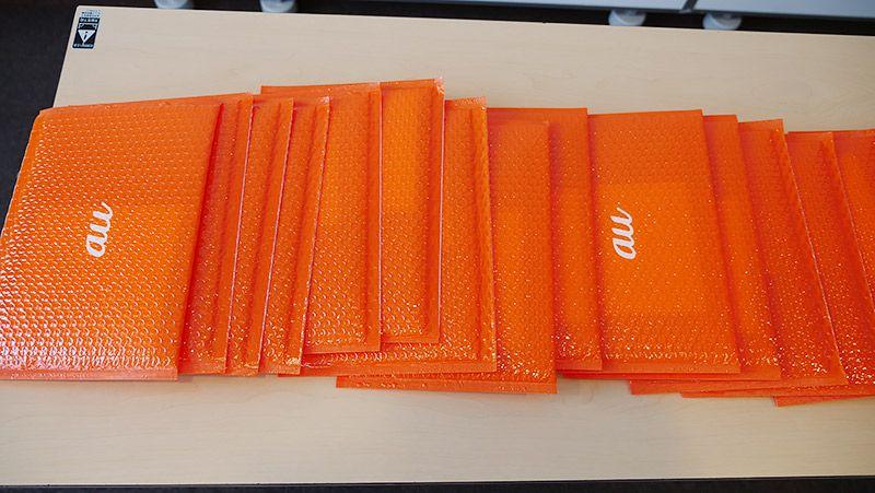 オレンジの包材で大量のフォトブックが到着した様子