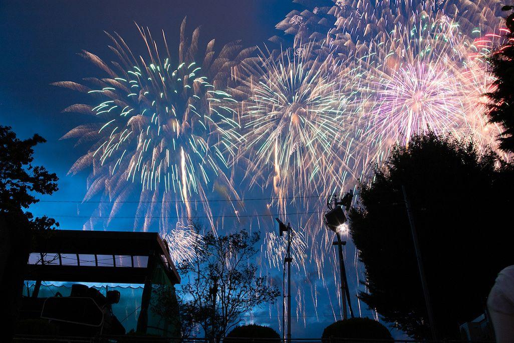 諏訪湖の花火大会会場となる石彫公園に設置したアンテナ越しに見る花火