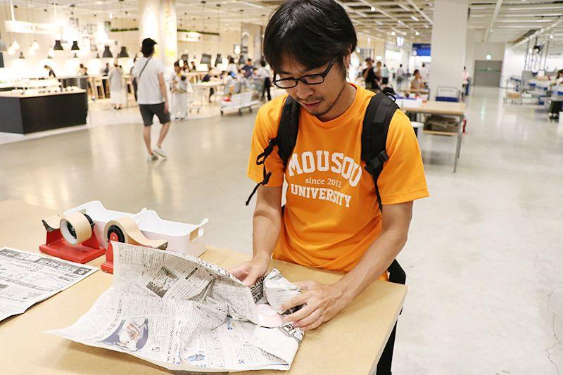IKEA新三郷で購入したエスプレッソカップを新聞紙で包む地主恵亮