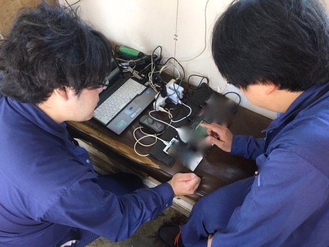 北海道厚岸の海上にて電波測定している様子