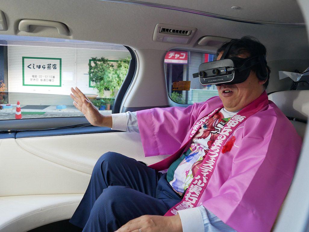 自動運転車でVRを体験する牧野光朗・飯田市長