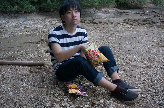 ポテトチップスを食べる高野りょーすけ