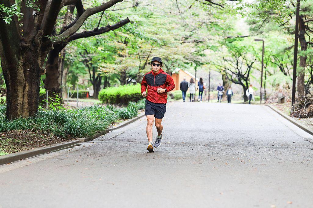 公園を走るランナー