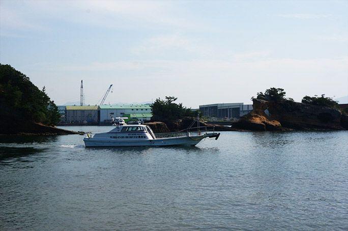 無人島から出向する船