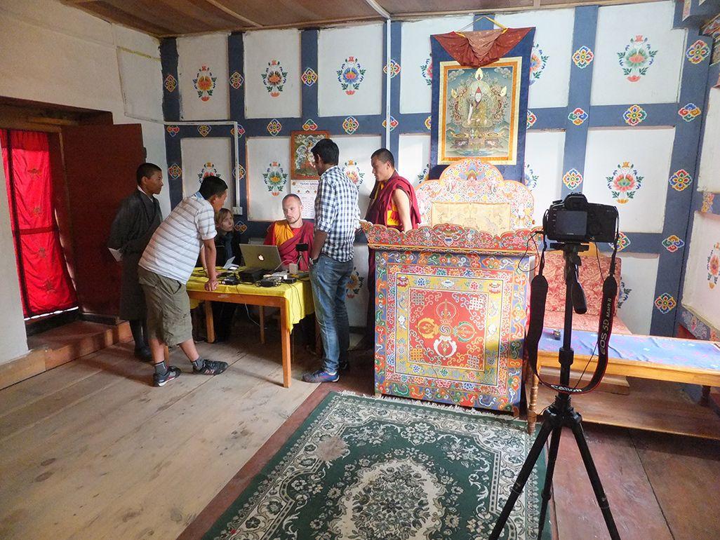 ブータンの僧院にて、説法をビデオ配信している様子