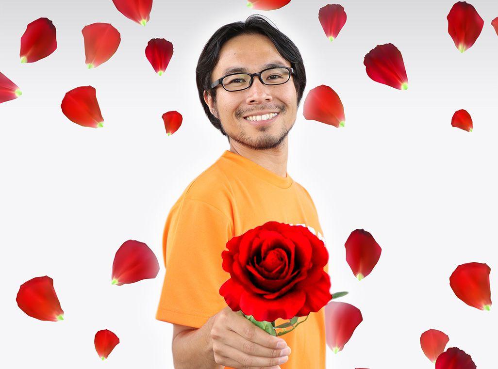 一凛の薔薇を持ち微笑む地主恵亮