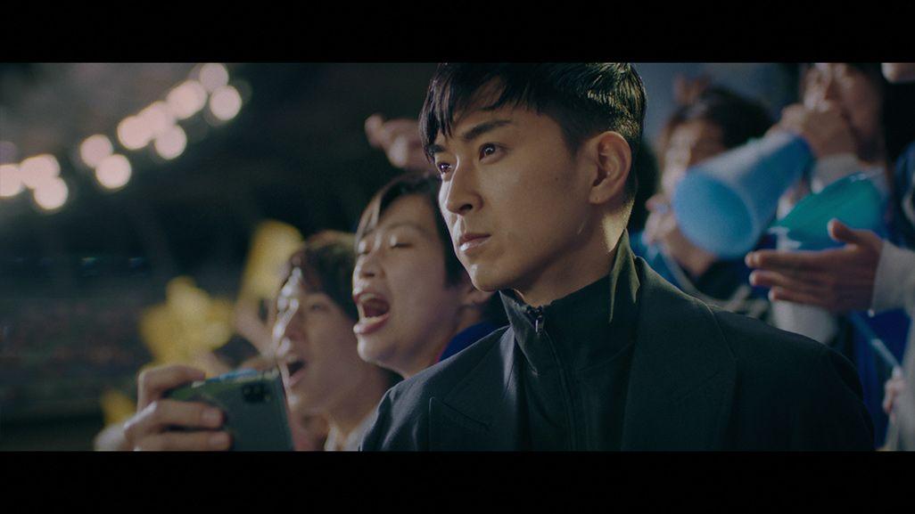 スタンド上からスポーツ観戦体験をする松田翔太演じるマツダ