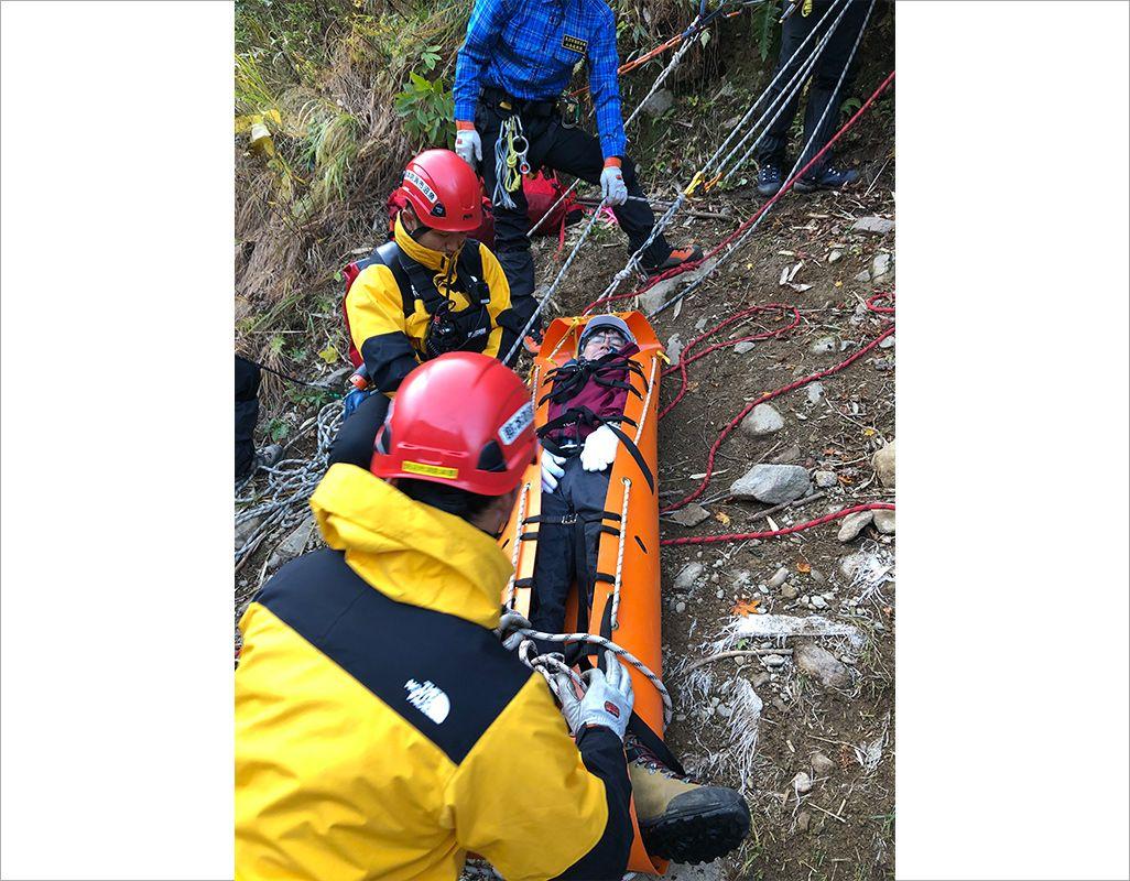 遭難者の位置を上空から特定、山岳救助隊が救助する