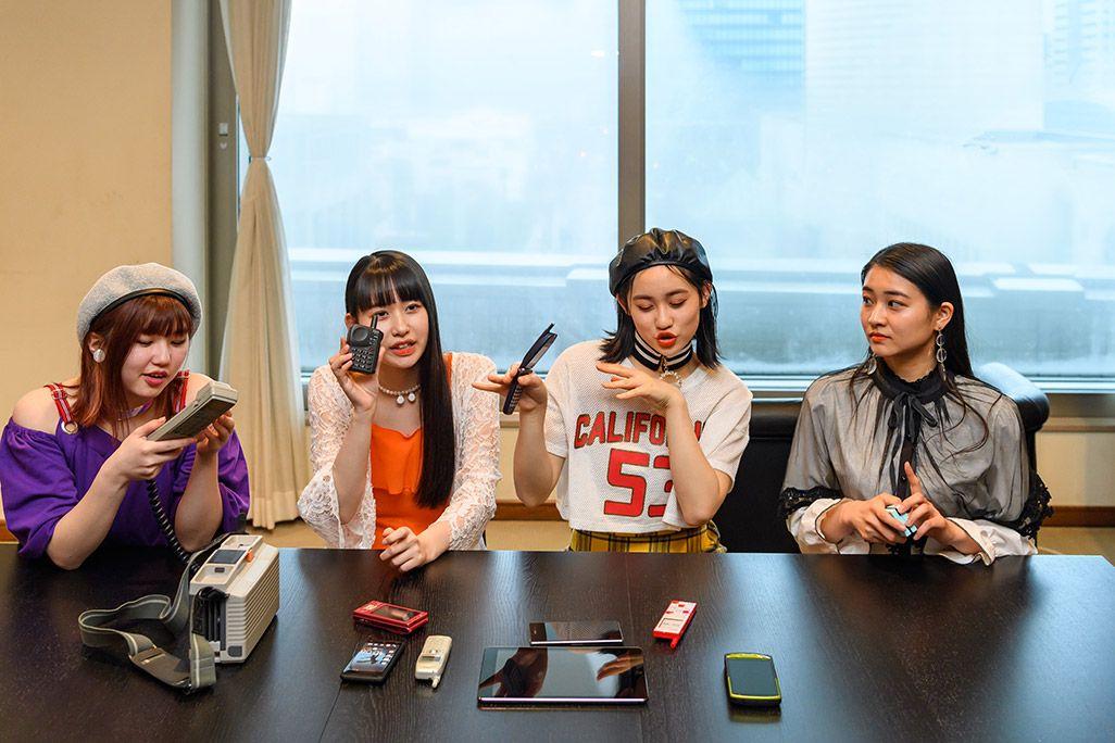 古い携帯電話のデザインを誇示する笠原桃奈。竹内朱莉は電話を見つめ、佐々木莉佳子は踊る。そしてクールなリーダー和田彩花