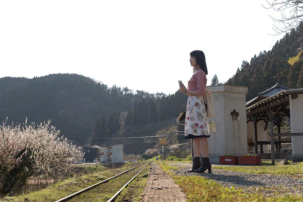 いすみ鉄道「東総元駅」に立つ伊藤桃