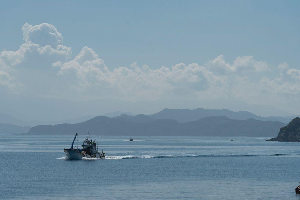 嘉島沿岸を航行する漁船