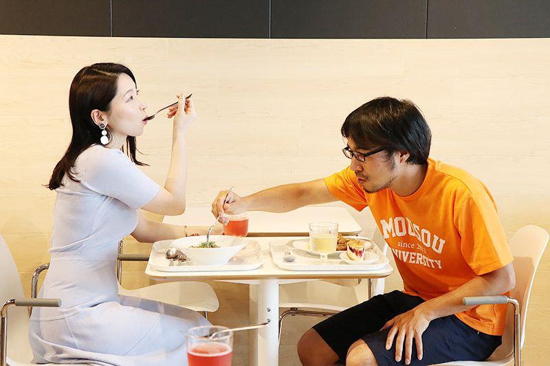 新三郷にあるイケアのレストランで食事をする鶴あいかと地主恵亮
