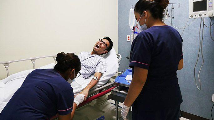 病院で治療を受ける地主