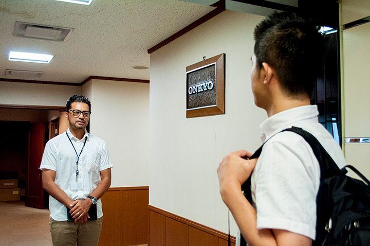 オンキヨー担当者「家倉」とKDDI社員の西田