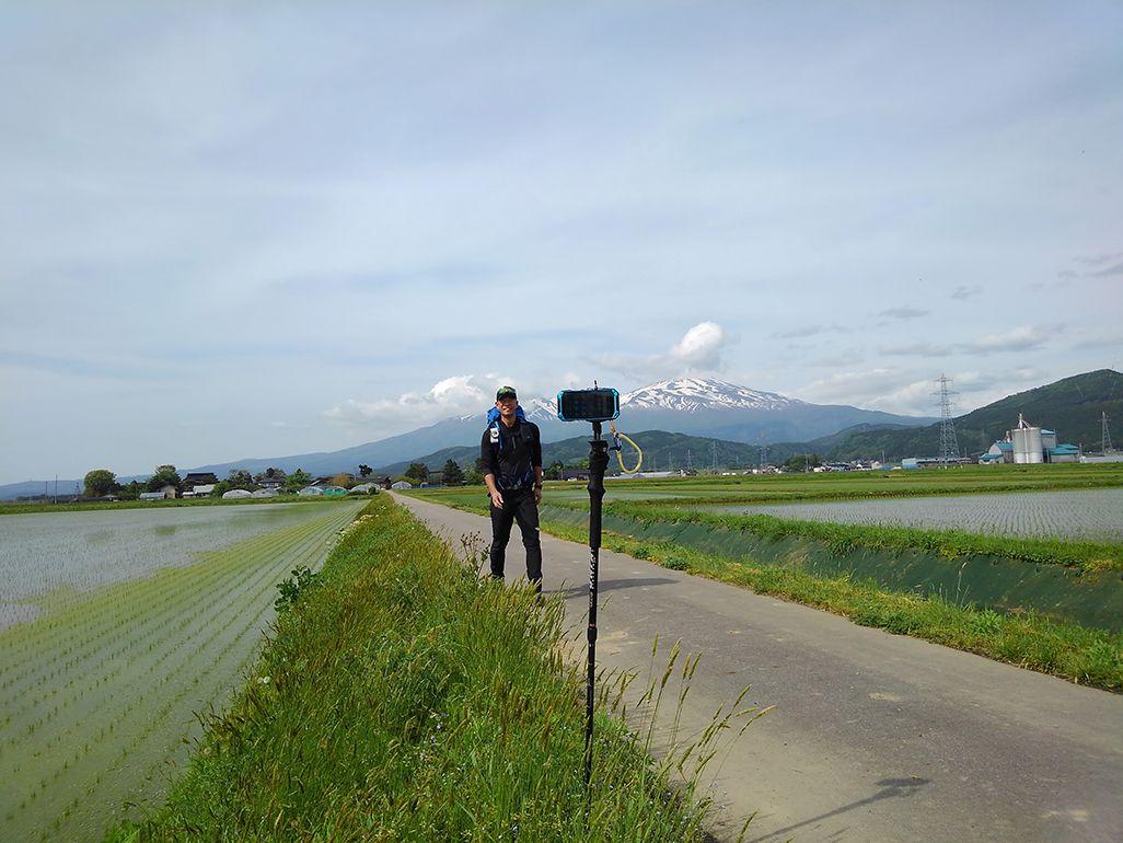ストックに固定したTORQUEで自撮りする田中陽希さん