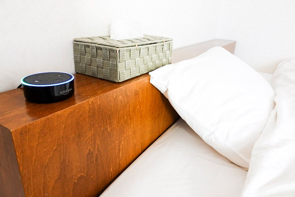 ベッドサイドに置かれたAmazon Echo Dot