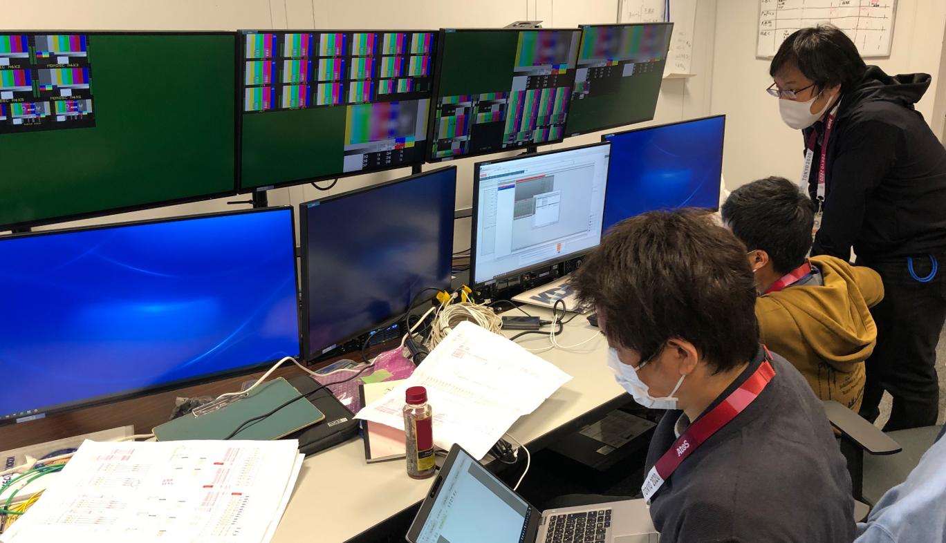 スポーツの国際大会用に設置された映像伝送用の設備におけるKDDIによる事前の運用環境を整備している様子
