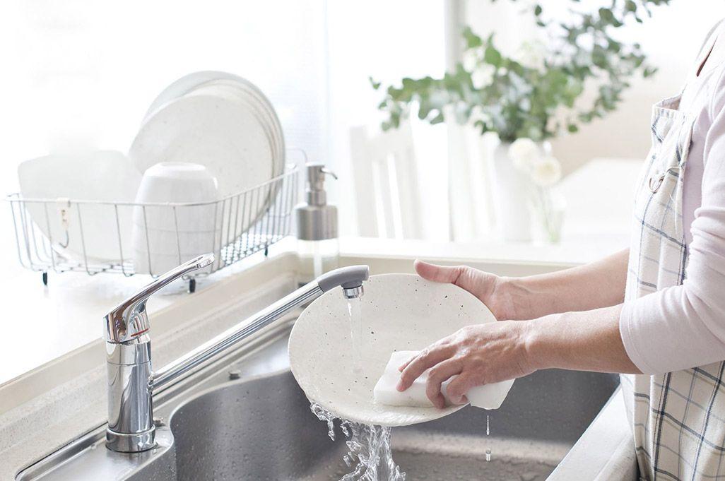 お皿を洗っている人