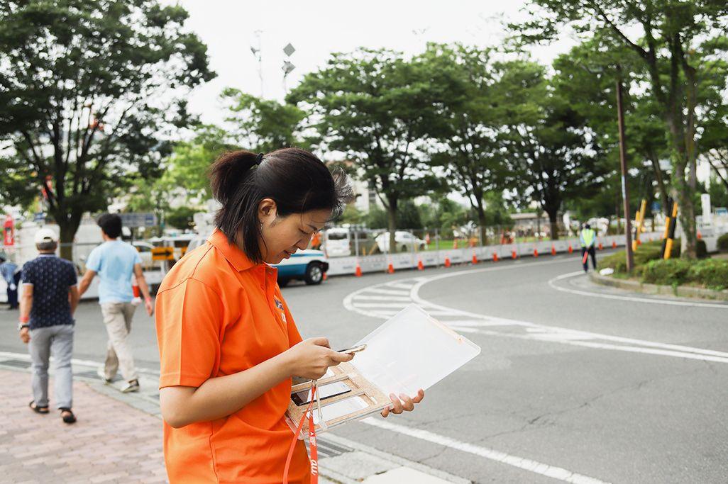 上諏訪駅前に設置した車載型基地局の電波測定を行う杉村